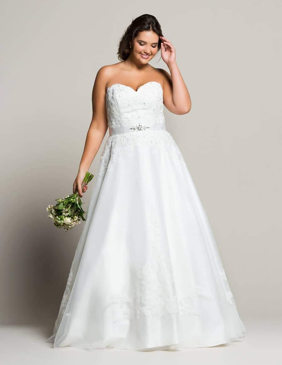 Navabi Launches Their Plus Size Bridal Boutique with Linzi Jay via TheCurvyFashionista.com #TCFStyle